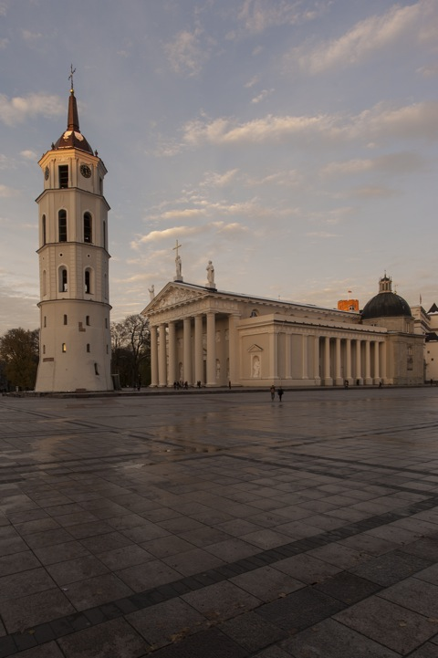Bild: Die Kathedrale St. Stanislaus in Vilnius im soften Licht der Blauen Stunde an einem Abend im Spätherbst. NIKON D700 mit CARL ZEISS Distagon T* 3.5/18 ZF.2.