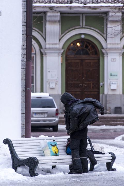 Bild: Ein bisschen betrunken. Der Versuch mehrere Jacken übereinander anzuziehen. Am Dom in der Oberstadt in Tallinn. Klicken Sie auf das Bild um es zu vergrößern.