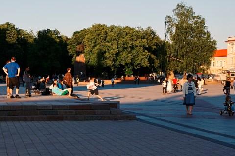 Bild: Vilnius - Break Dance zur Blauen Stunde am Kathedralenplatz. NIKON D700 und AF-S NIKKOR 24-120 mm 1:4G ED VR.