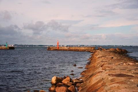 Bild: Morgen an der Mole im Hafen von Pirita. Nur ein paar Angler suchen nach den besten Plätzen. NIKON D700 und AF-S NIKKOR 24-120 mm 1:4G ED VR.