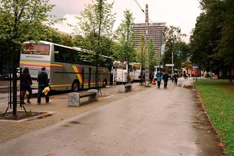 Bild: Tallinn - Von der Mere puiestee starten mehrmals täglich die Fernbusse in die Städte Estlands. NIKON D700 und AF-S NIKKOR 24-120 mm 1:4G ED VR.