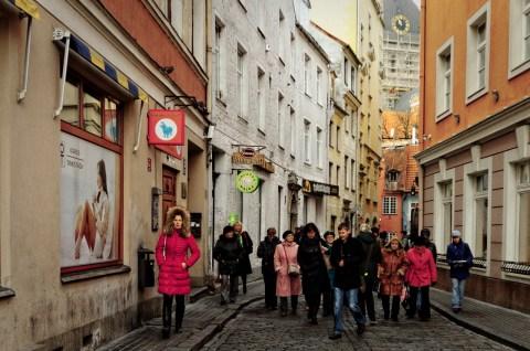 Bild: Unterwegs in den Gassen von Riga. Die Altstadt ist ein besonderer Touristenmagnet. Aufnahme vom November 2012.