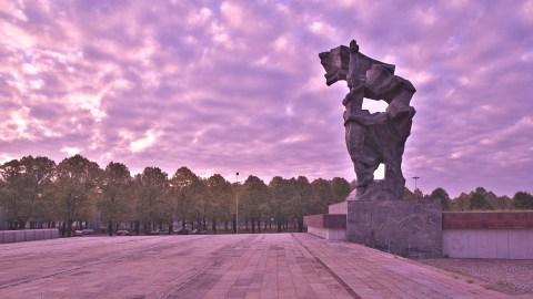 Bild: Morgens unterwegs am Siegesdenkmal im Stadtteil Āgenskalns in Rīga. NIKON D700 mit TAMRON SP 24-70mm F/2.8 Di VC USD. ISO 200 ¦ f/5,6 ¦ 24 mm ¦ 1/800 s ¦ kein Blitz. Klicken Sie auf das Bild um es zu vergrößern.