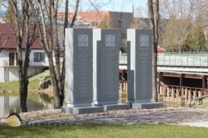 Ilūkste LKO piemiņas stēlas (Foto R. Ķipurs 11.04.2020.)