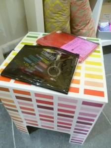 tabouret multicolore carnets à pochette