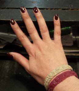Je ne connaissais rien du tout de cette technique mais je me doutais que ce  serait la seule qui résisterait à la vie d\u0027enfer que je fais mener à mes  ongles.