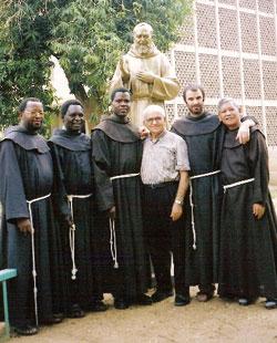 il nostro compaesano, padre Salvatore Pacifico insieme ai frati francescani