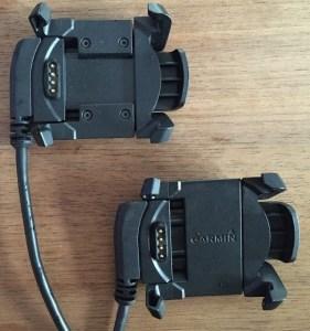 Links oben: Ladeklammer der Garmin fenix 3 HR; unten rechts: Ladeklammer der älteren fenix 3