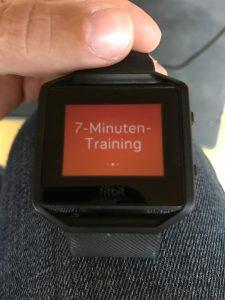 Ein sieben Minuten Training, das an HIIT/Cardio-Workouts erinnert