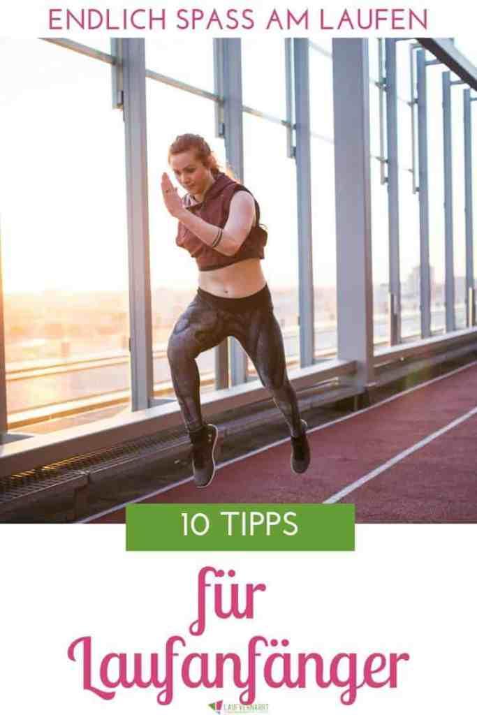 Du willst anfangen zu laufen? Das ist eine tolle Entscheidung, denn dafür gibt es Gründe genug! Doch nun stehst du vor einer Herausforderung: Wie beginne ich richtig als Laufanfänger? In diesem Blogartikel erhältst du meine besten Tipps für Laufanfänger. All diese Tipps habe ich über die Jahre als Läuferin, Lauftrainerin und Physiotherapeutin gesammelt und möchte sie heute mit dir Teilen. So vereinfachst du dir den Einstieg ins Laufen und sorgst für ein gutes Fundament, damit du auch langfristig Spaß und Freude am Laufen hast. Setze ein realistisches Ziel. Die meisten Laufanfänger vergessen diesen Tipp und laufen einfach los. Aber: Mit einem realistischen Ziel läuft es sich besser. Nur, wenn du ein Ziel vor Augen hast, wirst du auch die notwendige Motivation aufbringen, regelmäßig die Laufschuhe zu schnüren. Das erste Ziel für einen Laufanfänger sollte darin liegen, 30 Minuten durchzulaufen. Später darfst du natürlich größer denken. Fange langsam an. Meiner Erfahrung nach laufen fast alle Laufanfänger zu schnell. Als Faustregel gilt: Finde ein Tempo, in dem du dich noch unterhalten kannst. Wenn du noch singen kannst, bist du zu langsam und wenn du vor schnaufen kein Wort mehr heraus bekommst, bist du zu schnell. Das Tempo verändert sich von selbst. Von Zeit zu Zeit wirst du schneller werden und es wird leichter. Integriere Gehintervalle. Um deinen Körper allmählich an die Belastung zu gewöhnen, ist es ratsam, die ersten Wochen mit Gehintervallen zu laufen. So kannst du die Gesamtdauer der Einheit von vornherein auf 20-30 Minuten halten, machst jedoch zunächst mehr Geh- als Laufzeit und reduzierst dann allmählich die Dauer der Gehintervalle. Das ist besonders wichtig, damit deine Bänder, Gelenke, Knochen und Muskeln Zeit, sich an die neue Belastung zu gewöhnen. Auch, wenn du schon sportlich bist. Laufe nach einem Trainingsplan. Ein Plan hilft nachweislich dabei, dranzubleiben und seine Ziele zu erreichen. Ohne Plan weißt du als Laufanfänger wahrscheinlich nicht, wann