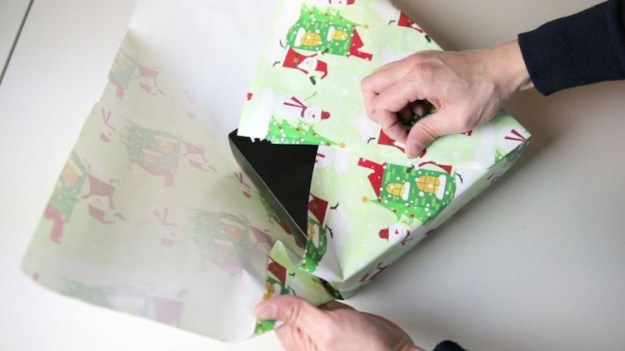 Wrapping-Gift-Without-Tape How to Neatly Wrap a Gift Without Using Any Tape Random
