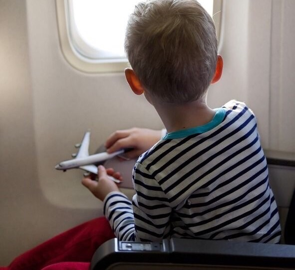 Como viajar con niños en avión  y no morir en el intento