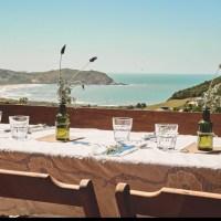 Brasa e blues com vista para o mar: Casa Alma, na Praia da Silveira, e Monã Vivências realizam jantar no dia 25/1