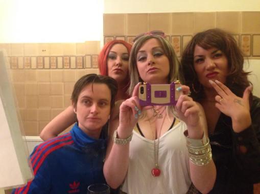Laura Dee Milnes, Klub Singers' Klassik Karaoke Klub, Art Licks Party, Peckham Liberal Club (2014). Photo courtesy of the artists