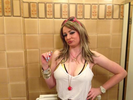 Laura Dee Milnes as Dee MacDonald, Klub Singers' Klassik Karaoke Klub, Art Licks Party, Peckham Liberal Club (2014). Photo courtesy of the artists