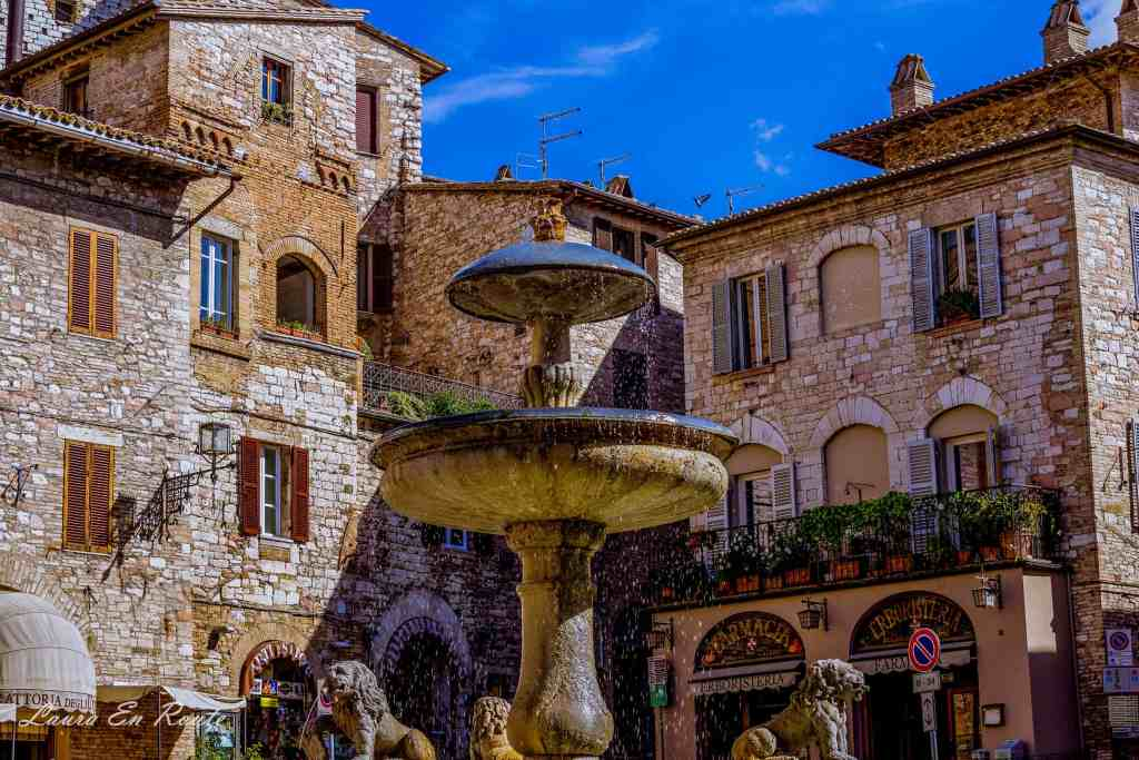 Three Lion Fountain, Assisi, Italy - www.lauraenroute.com