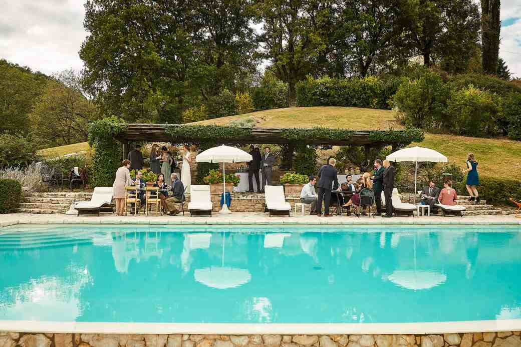 Destination Wedding at le Torri di Bagnara - Poolside cocktail hour - photo by Jules Bower - www.lauraenroute.com