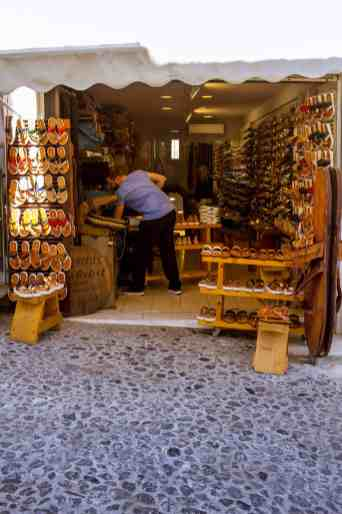 Shopping in Fira, Santorini - www.lauraenroute.com