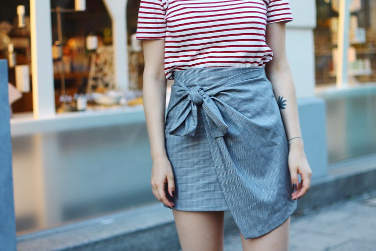 lauraherz-outfit-details-knotted-skirt-zara-striped-shirt-munich