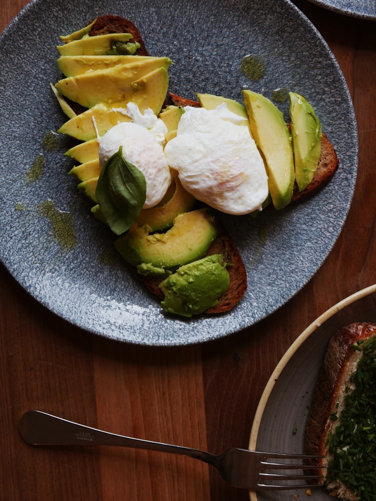FUGAZI N°15 Avocado Brot mit pochiertem Ei