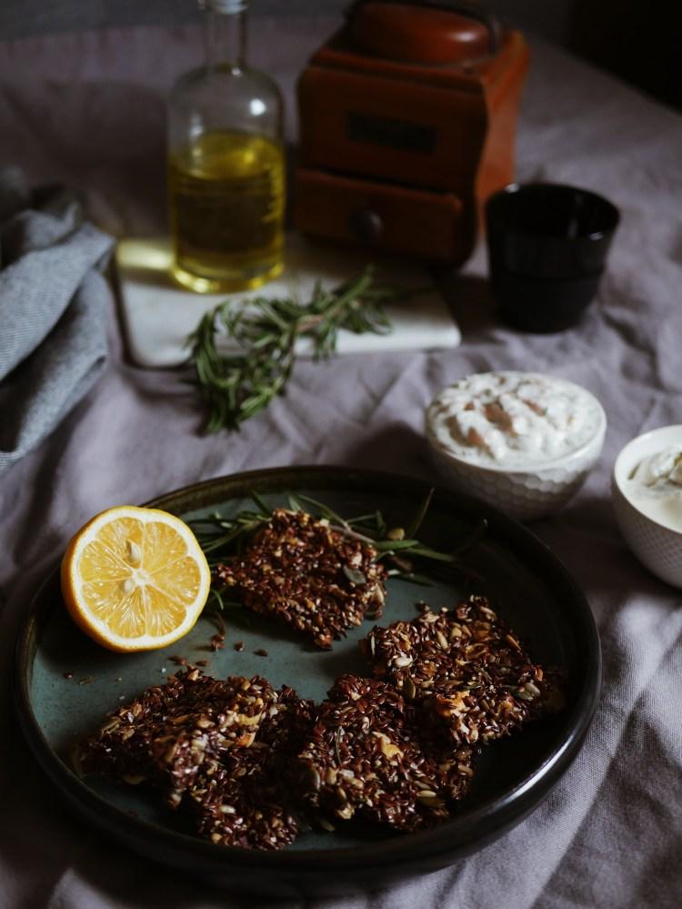 Gesunde Leinsamen Cracker mit Rosmarin und Meersalz