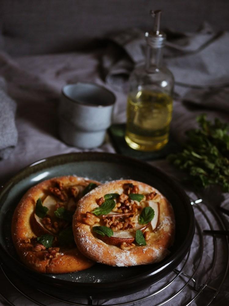 Walnuss-Birnen-Focaccia mit Honig und Minze