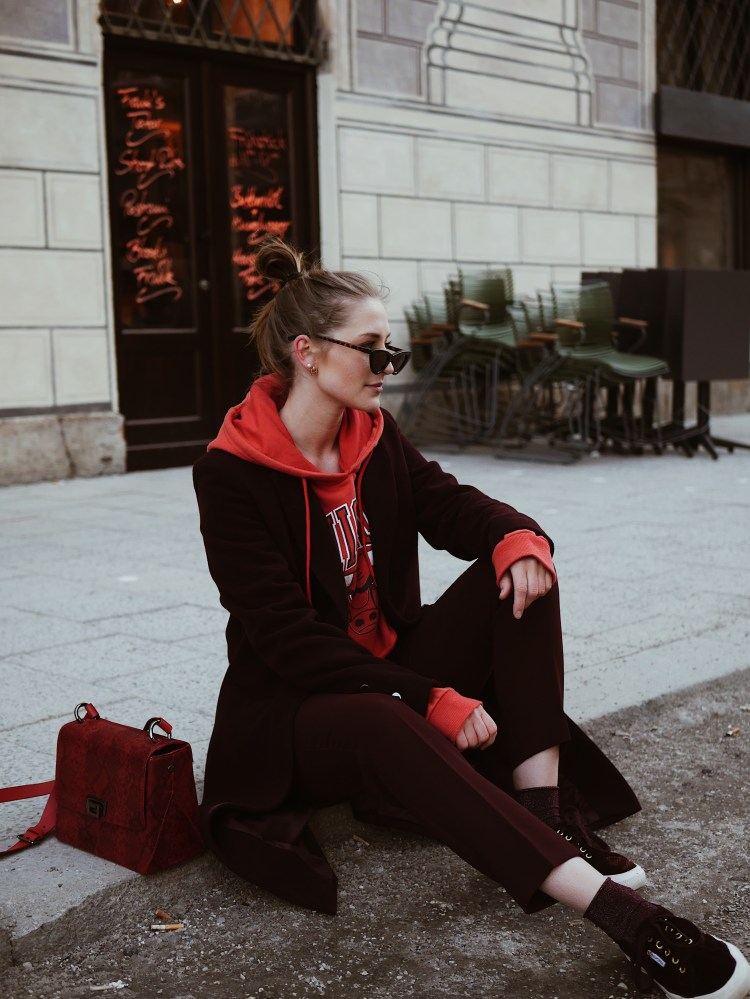 Cropped Chicago Bulls Sweater, Tomboy Mantel und Cat Eye Sonnenbrille