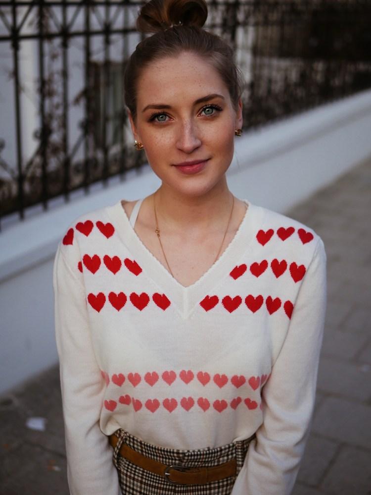 Portrait Laura Herz mit Herzpullover