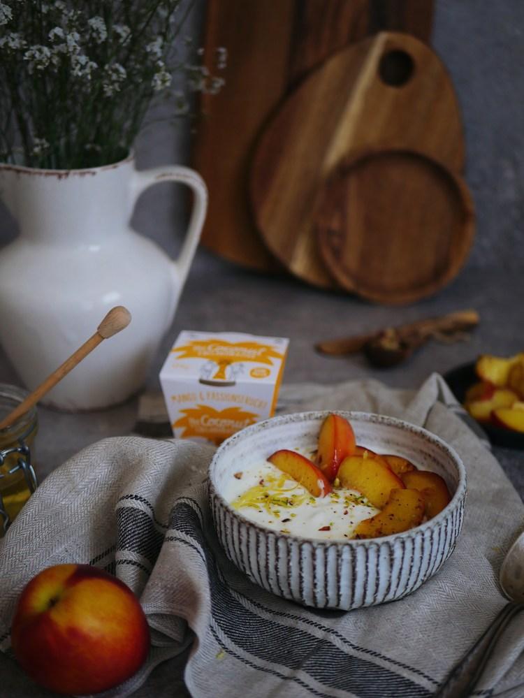 Karamellisierte Pfirsiche mit Pistazien und Kokos-Joghurt