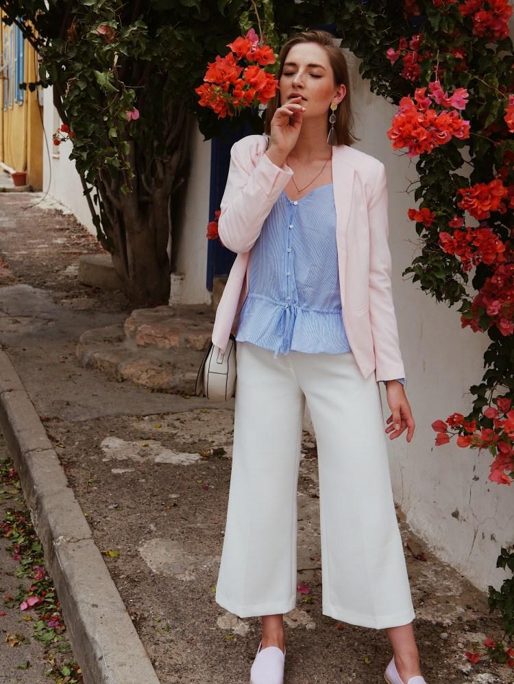 Rosa Blazer, Cold-Shoulder-Bluse und Culotte