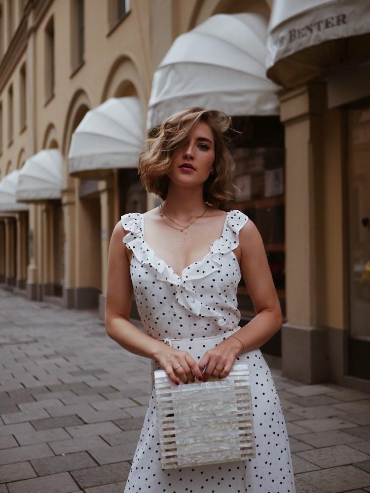 Streetstyle Zara Korbtasche und H&M Wickelkleid