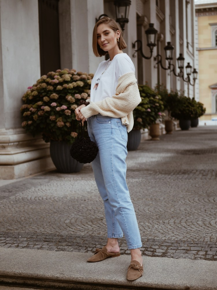 Denim, Mules und Statement Shirt
