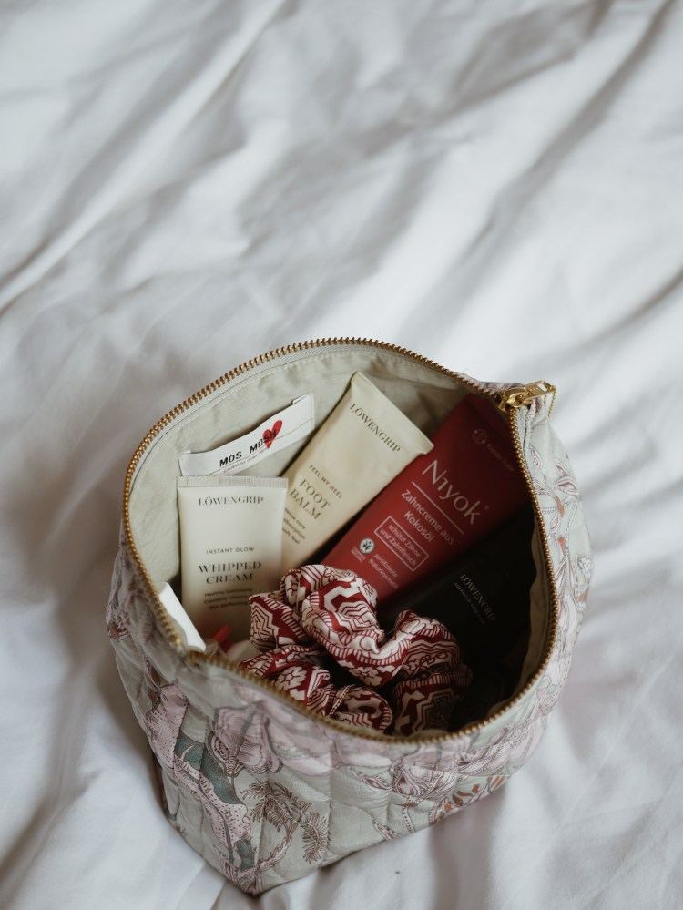 What's in my Beauty Bag Laura Herz