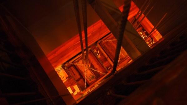 Ein tolles indisches Restaurant: das Essen wurde mit einem kleinen mechanischen Aufzug ins obere Stockwerk gefahren!