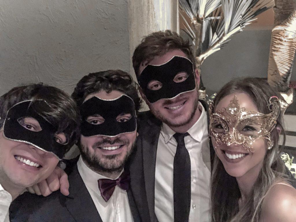Laura Kassab, Luciano Hansted e Carlos Tristan no baile de gala de máscaras da Elite Magazine
