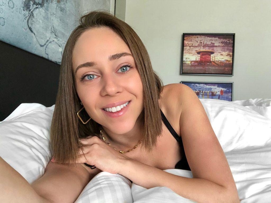 Laura Kassab em sua suíte do hotel Loews Miami Beach nos Estados Unidos