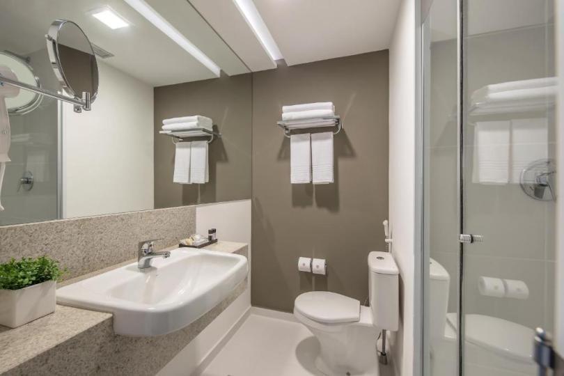 banheiro do Intercity Hotels em Bauru