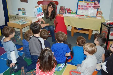 Laura Lynne Art teaching preschoolers about art during the collaborative collage workshop