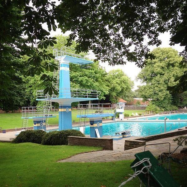 Pileta olimpica al fondo y los trampolines con su respectiva pileta