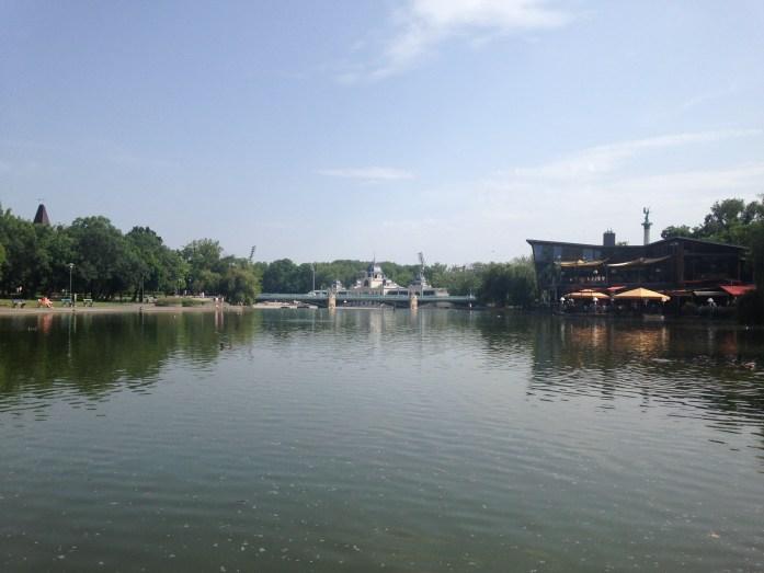 Un lago cerca de la Plaza de los Heroes