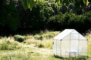 cabane jouxtant le jardin, où sont exposés des croquis