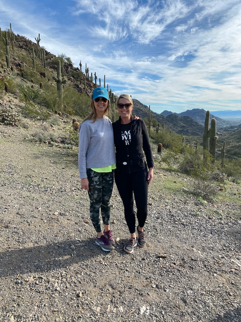 2 women hiking in Arizona to keep them feeling great on vacation