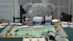 Cortometraje: un robot juega con un oso de peluche