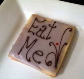 "squared cookie, iced and with lettering ""Eat Me"""
