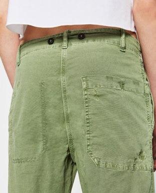 Le vert, les deux boutons, les poches, la coupe.