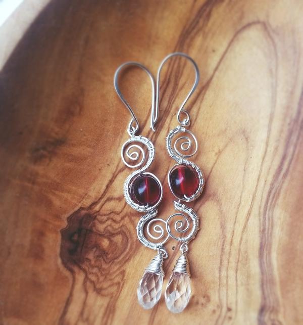 zilveren en rode wirewrap oorbellen door Laurelinde