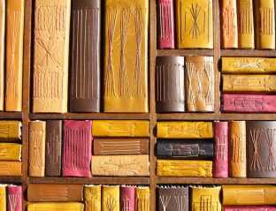 La Très Petite Bibliothèque, reliures cuir (détail)