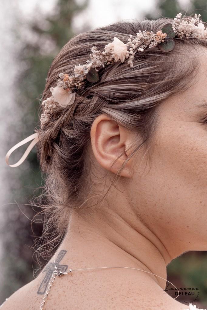 La mariée arborait une jolie couronne de fleurs, fine, discrète et bohème à souhait. Un accessoire en accord avec la personnalité de la mariée.