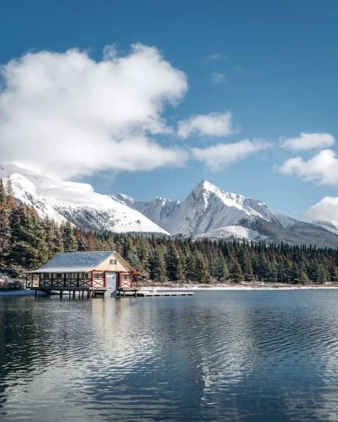 Maligne Lake, Jasper on a sunny day, moody, boathouse