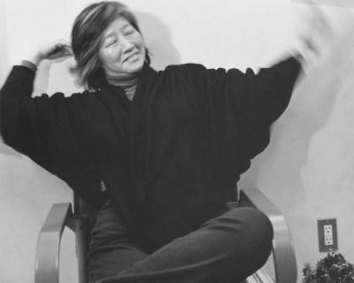 Fukazawa Junko waving her hand